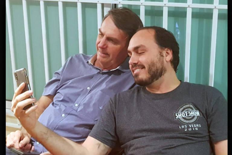 Jair Bolsonaro com seu filho Carlos, que é vereador no Rio