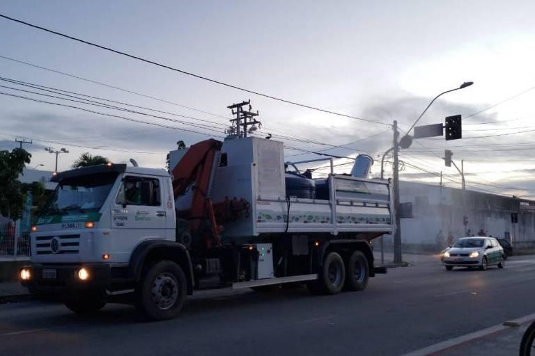 Fortaleza usa carro de som e caminhão vaporizador contra avanço de Covid na periferia