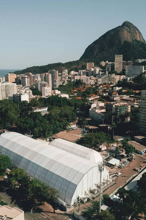 Vista aérea do hospital da campanha no Leblon, em dia ensolarado
