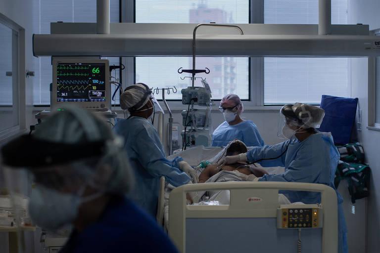 Médicos atendem paciente em leito de uti