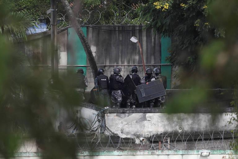 Policiais fardados se aglomeram durante operação em centro de reabilitação para adolescentes