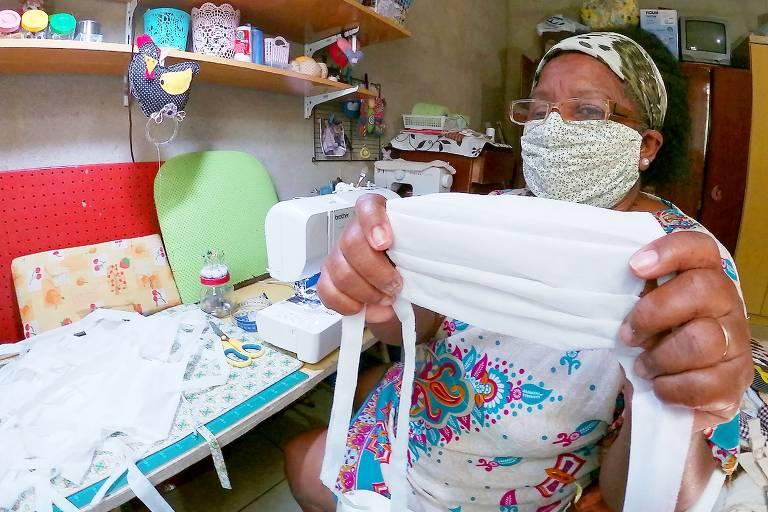 Artesãs com deficiência visual preparam máscaras em Itanhaém
