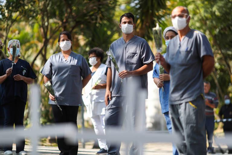 Profissionais de saúde levam flores ao funeral da enfermeira e colega que morreu de coronavírus
