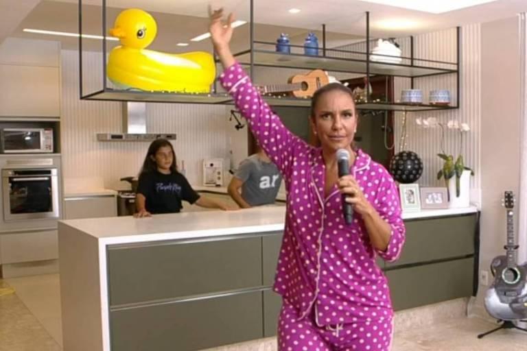 De pijama, Ivete faz live com família, arrecada R$ 400 mil