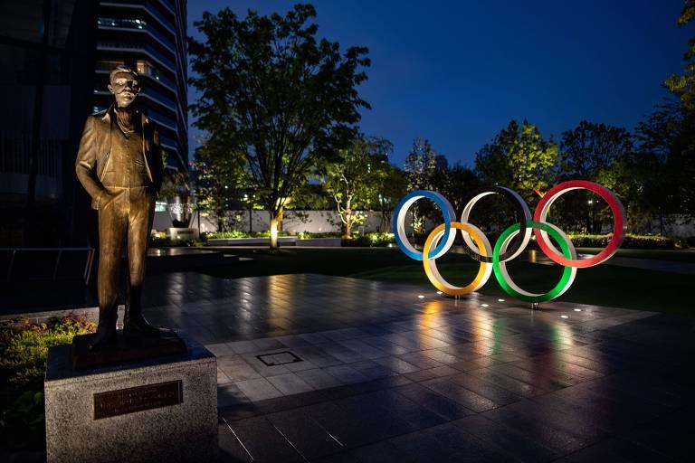 Estátua de Pierre de Coubertin, criador da versão moderna dos Jogos, ao lado dos anéis olímpicos em praça de Tóquio