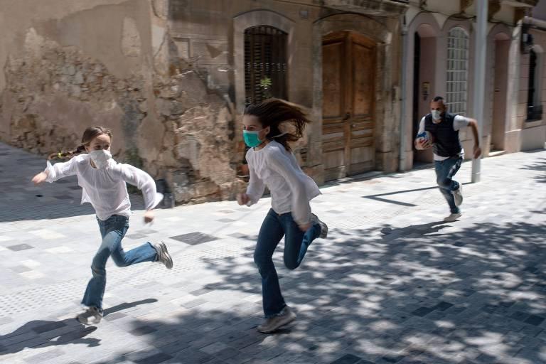 crianças correndo em barcelona