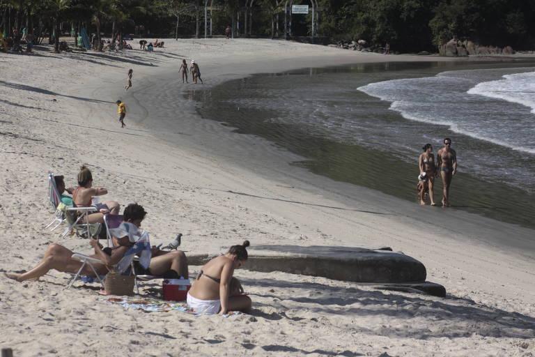 banhistas sentados na praia