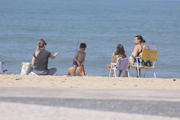 Turistas na praia em Caraguatatuba (SP)