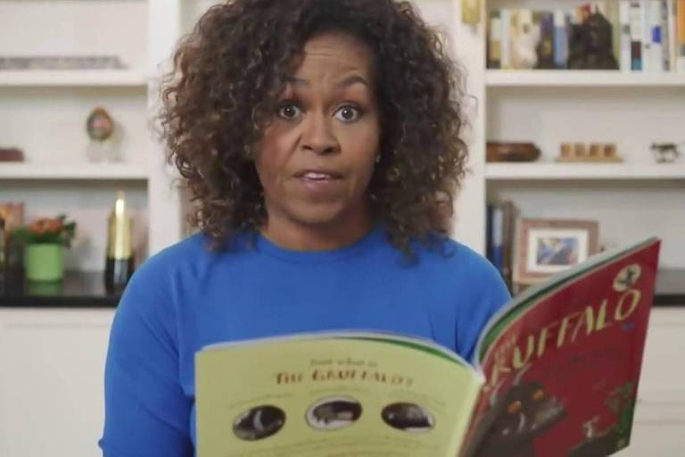 mulher negra lê livro