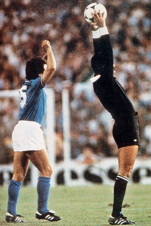 Arnaldo ergue a bola para o alto, em gesto que ficou famoso após o fim da Copa de 1982