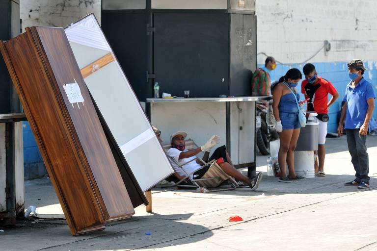 Caixões são vendidos em frente a hospital em Guayaquil, no Equador