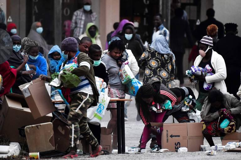Imigrantes recebem desinfetantes e outros produtos em hotel próximo a Kranidi na Grécia