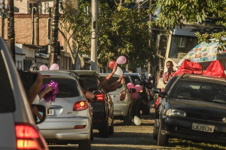 Amigas de  Daniela Soares Campos, 36, fazem carreata para chá de bebê da professora