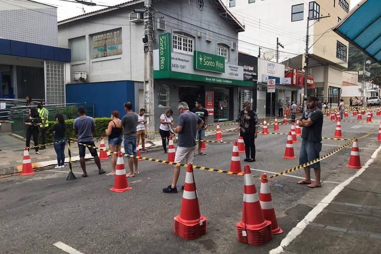 Ruas de bancos foram adaptadas para garantir distanciamento social em Extrema (MG); foto mostra rua com cones e faixas de segurança para ordenar fluxo de pessoas
