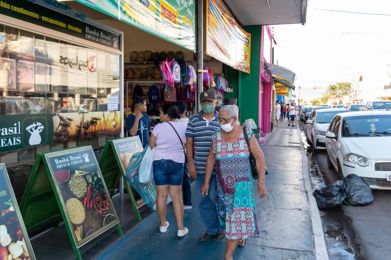 Casal de idosos usa máscaras em rua comercial de Cuiabá; Mato Grosso tem baixa ocupação hospitalar por coronavírus