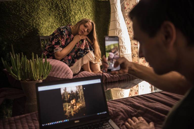 Katerina Brudnaya-Chelyadinova é fotografada por seu marido, Dmitry, imitando a obra 'Alyonushka', de Viktor Vasnetsov, enquanto ambos fazem isolamento para impedir a disseminação do coronavírus em Moscou, 7 de abril de 2020