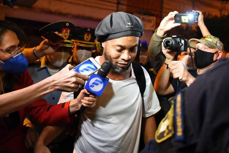 Ronaldinho chega a hotel em que cumpriu prisão preventiva domiciliar no Paraguai