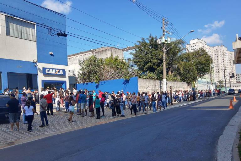 Pessoas esperam em fila na Caixa, avenida Sapopemba, 13.446