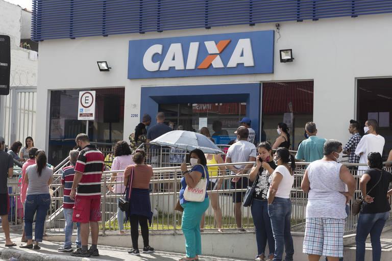 Saque presencial do auxílio emergencial de R$ 600 tem filas em agências da Caixa