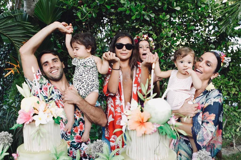 A musa baiana Ivete Sangalo e seu marido, Daniel Cady, comemoraram o aniversário das filhas gêmeas no dia 10 de fevereiro de 2019, as pequenas Helena e Marina completaram 1 ano de vida