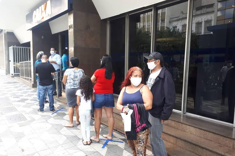 Pessoas na fila da Caixa Econômica Federal
