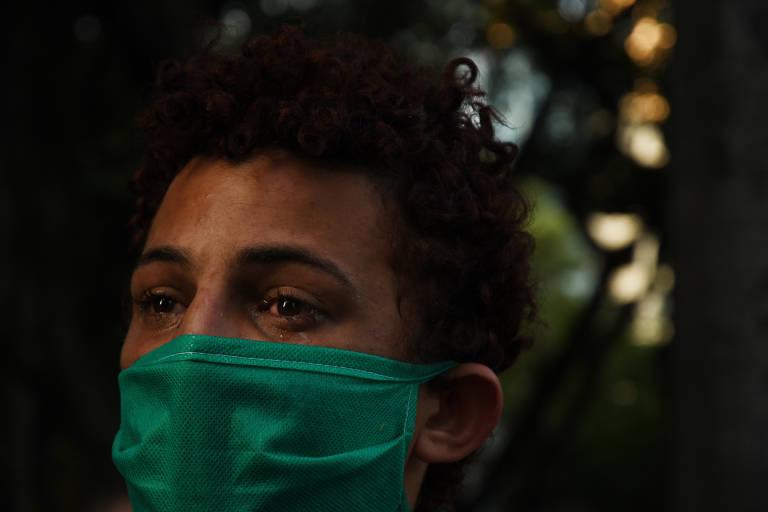 Gisele Carvalho de Lima, 20, chora de saudade da família que a expulsou de casa há um ano