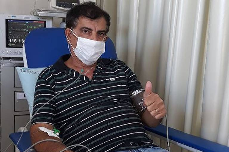 O prefeito de Brodowski (a 337 km de São Paulo), José Luiz Perez (PSDB), que está com Covid-19; cidade da região de Ribeirão Preto reabriu comércio no dia 17 de abril; na foto ele aparece fazendo sinal de positivo, enquanto é atendido num hospital, medindo a saturação de oxigênio num oxímetro e usando máscara