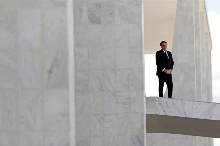 Bolsonaro sai à rampa do Palácio do Planalto na manhã desta segunda-feira (27)