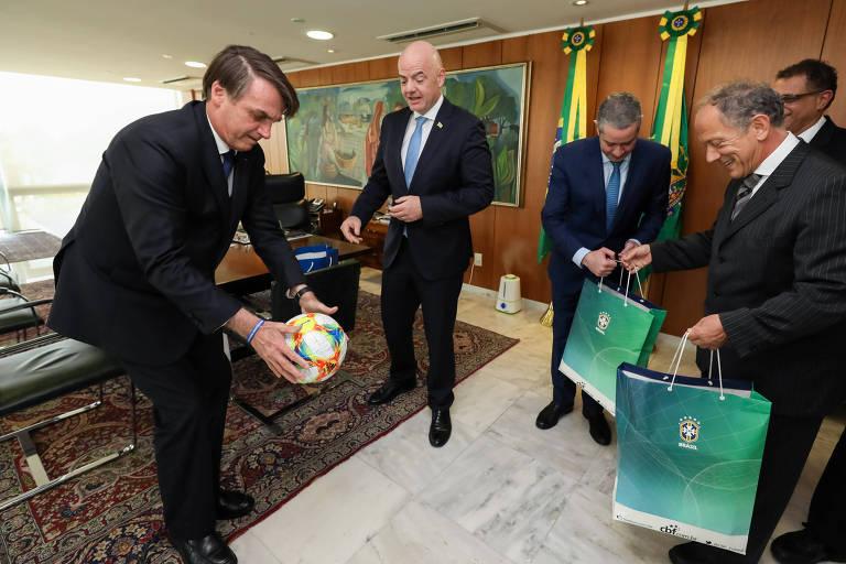 Jair Bolsonaro durante audiência com o presidente da Fifa, Gianni Infantino, e o da CBF, Rogério Caboclo