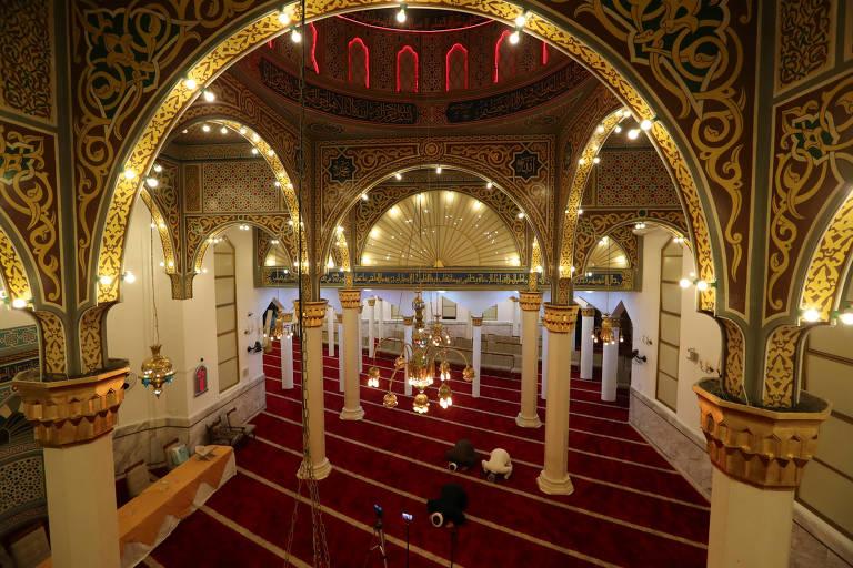 Salão vazio de uma mesquita