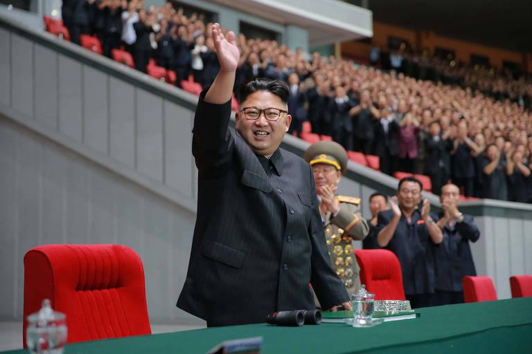 O ditador norte-coreano, Kim Jong Un, cena durante evento em Pyongyang
