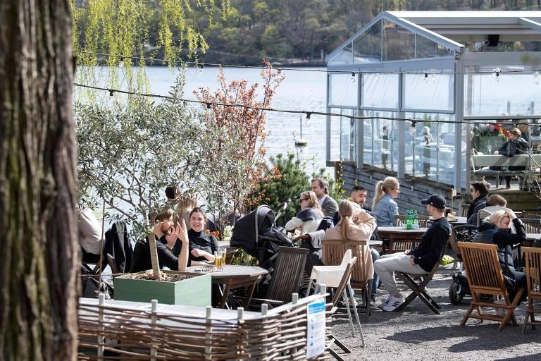 Clientes de restaurante em Estocolmo, na Suécia