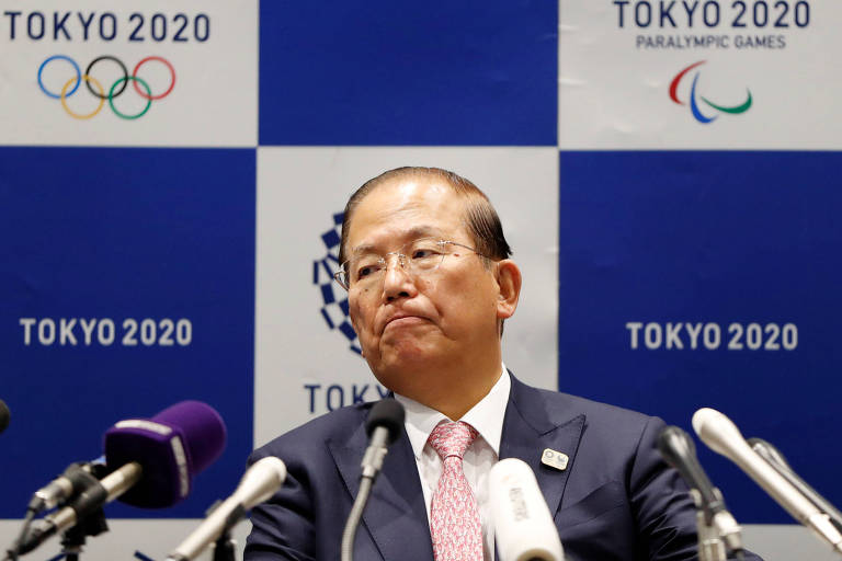 Toshiro Muto, presidente do comitê organizador dos Jogos de Tóquio, em frente a microfones