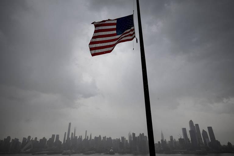 Bandeira dos Estados Unidos à meio mastro em Nova York