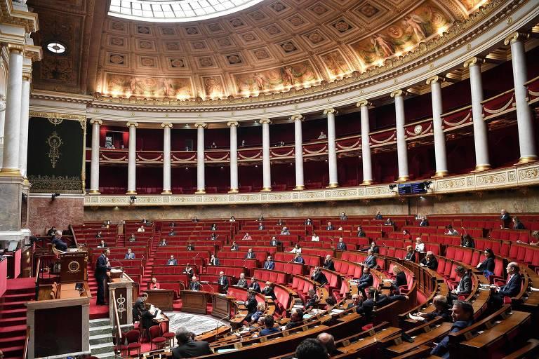 Plenário da Assembleia Nacional da França durante discurso do primeiro-ministro Edouard Philippe
