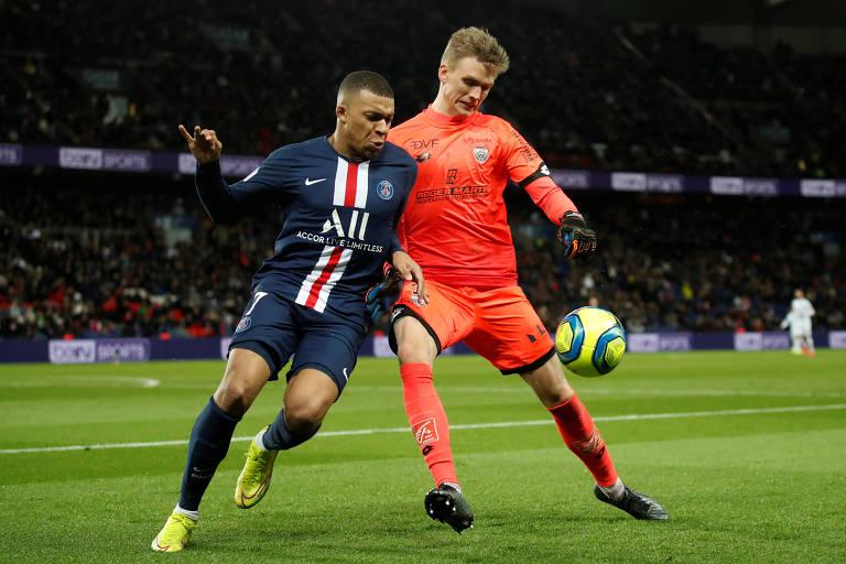 Mbappé, do PSG, disputa a bola com jogador do Dijon em partida da Ligue 1
