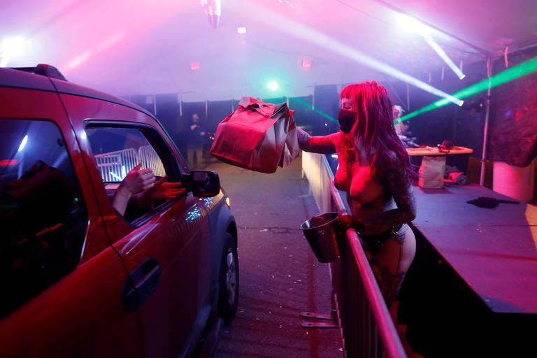 Dançarina Elle Stanger entrega pedido de cliente em drive-through de clube de strip-tease em Portland, nos EUA
