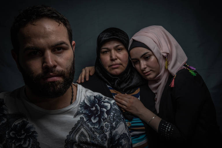 Abdulbasset Jarour com sua mãe, Khadouj Makhzoum, ao centro, e a irmã Sedra Jarour em retrato realizado após elas chegarem ao Brasil