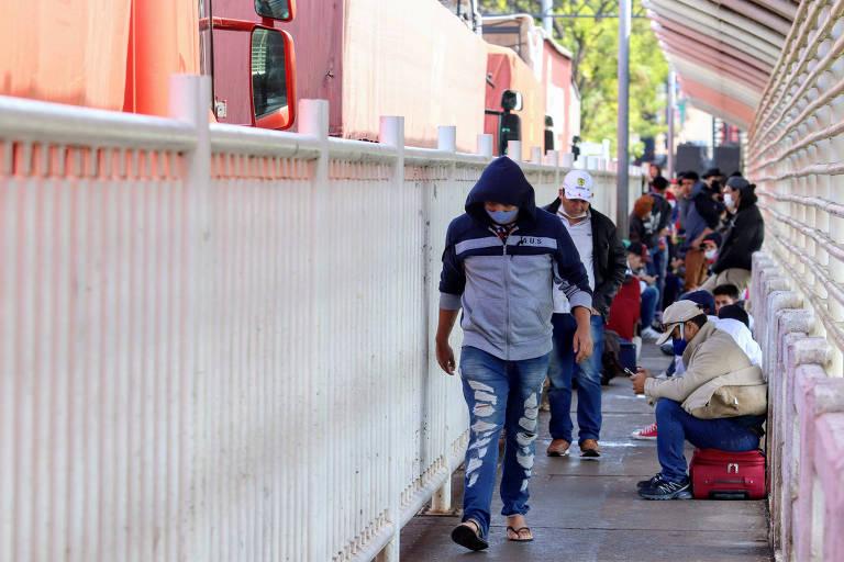 Cidadãos paraguaios aguardam na Ponte da Amizade, na fronteira entre Brasil e Paraguai, em meio à pandemia de coronavírus