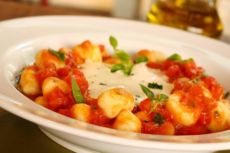 Nhoque com molho de tomate e fonduta de queijo (gnocchi al pomodoro con fonduta di stracchino) do chef Carlos Bertolazzi, do Zena, em São Paulo