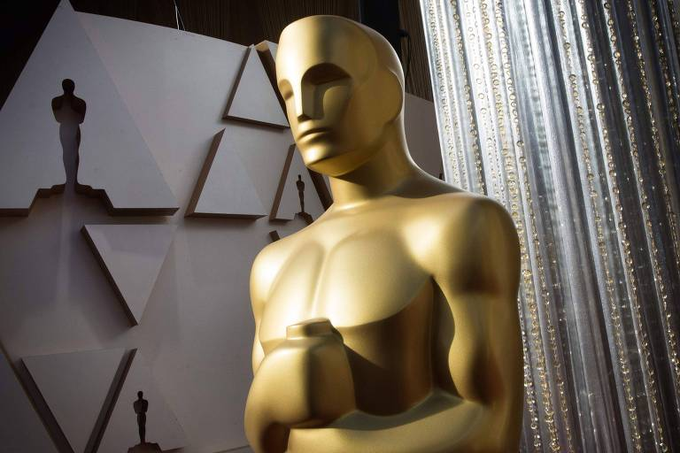 Grande boneco dourado imitando a estatueta do Oscar no tapete vermelho da premiação