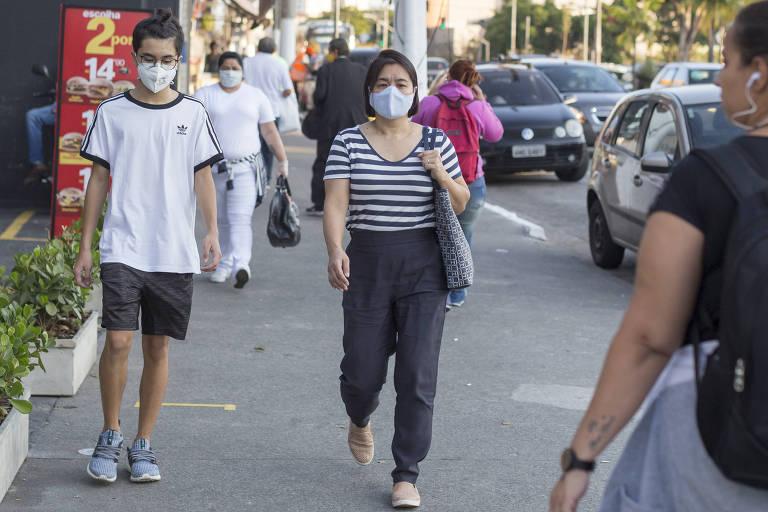 Pedestres usam máscaras na avenida Engenheiro Armando de Arruda Pereira, próxima à estação Conceição do metrô, no Jabaquara (zona sul)