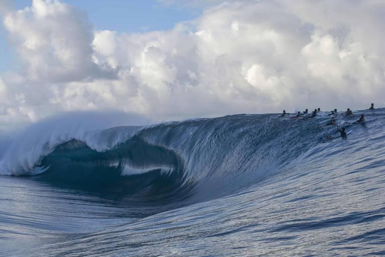Surfistas aguardam vez de entrar na onda em Teahupoo, no Taiti