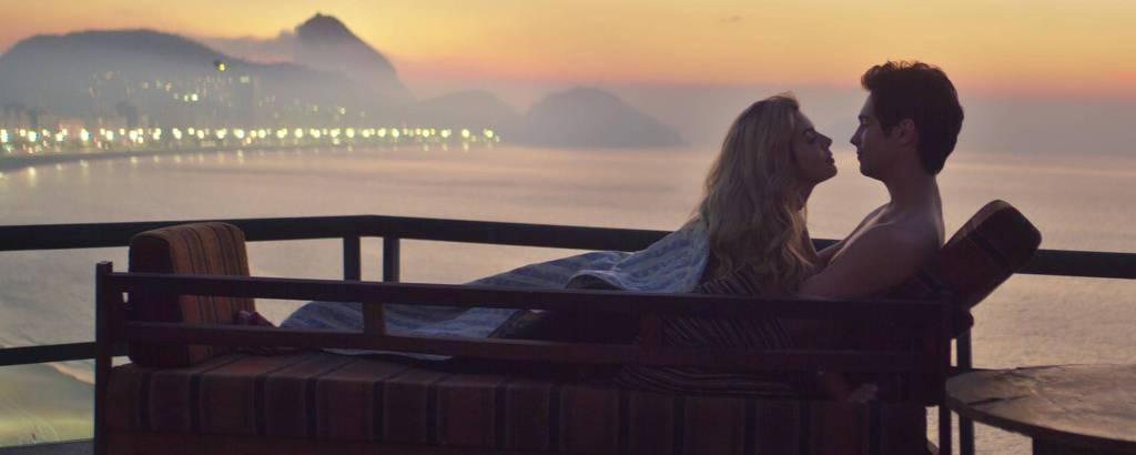 Cena do filme 'Riscos de Amor' (Netflix), com Giovanna Lancellotti e Danilo Mesquita