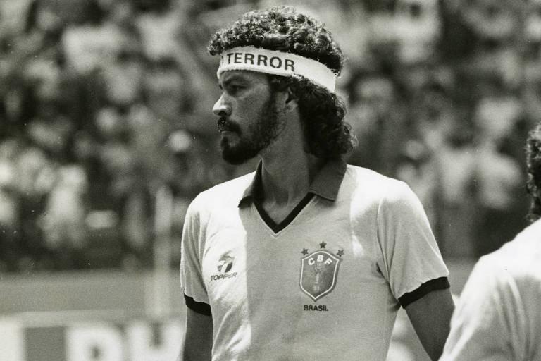 """Sócrates levou os problemas sociais para dentro de campo.  Na Copa de 1986, no México, ele entrou em campo com uma faixa na cabeça com a inscrição """"Amor não terror"""", antes do jogo do Brasil contra a Argélia"""