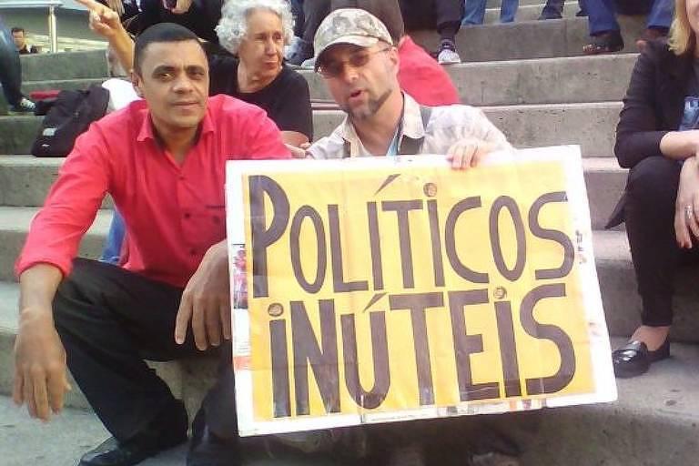 Adélio Bispo de Oliveira em foto postada no Facebook, durante protesto em 2017 contra o governo Michel Temer em Florianópolis (SC). Ao seu lado, o mergulhador e ativista político Luciano Carvalho de Sá, conhecido como Luciano Mergulhador.