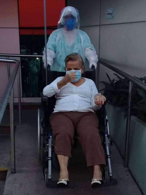 A aposentada Cecília Guimarães Thomé, de 82 anos, deixa o Hospital Ana Costa, em Santos, onde se recuperou da Covid-19 após duas internações