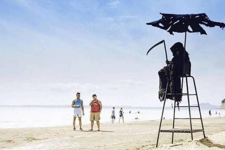 Homem vestido de Morte assusta banhistas nos EUA