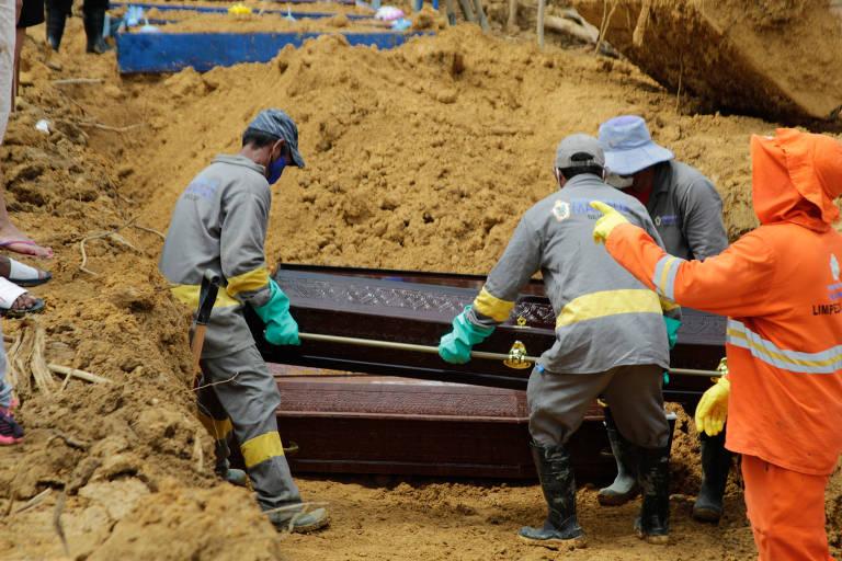 Funcionários levam caixões para valas no cemitério Parque de Manaus, na capital do AM