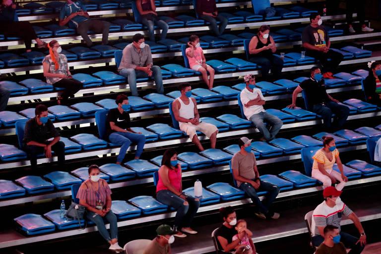 Fãs de boxe assistem a luta em ginásio de Managua, na Nicarágua